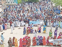 BHEEL community memebers hold a protest in Mithi, against demolition of their houses - Dawn