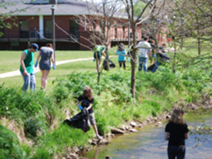Students picking up debris from the banks of Slate Creek