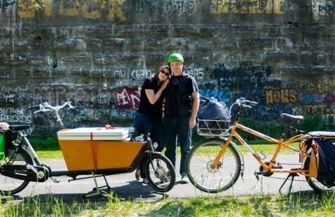 photo of 2 cargo bikes and 2 persons.