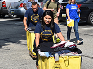 Alumni helping students to move into their residence halls