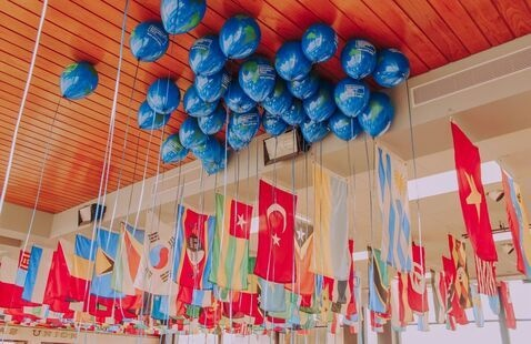 IEW Globe Balloons & Flags of the World